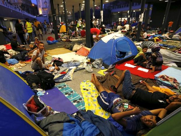 Imigrantes em busca de asilo esperam do lado de fora de uma estação de trem em Budapeste, na Hungria. Mais de 100 mil imigrantes, muitos da Síria e de outras zonas de conflito, tem entrado pela Sérvia e Hungria para, em seguida, ir para a Alemanha (Foto:  Laszlo Balogh/Reuters)