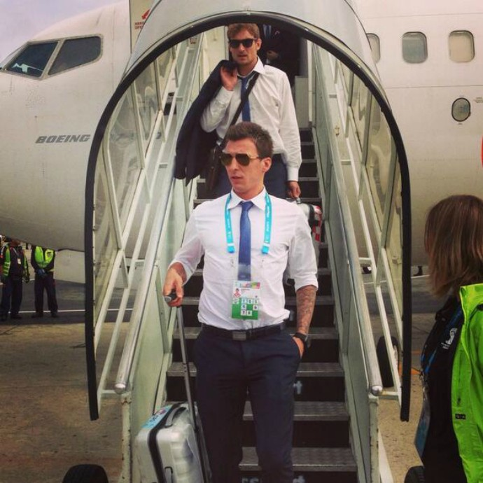 O atacante croata Mario Mandzukic no desembarque da seleção em São Paulo (Foto: Reprodução / Twitter)