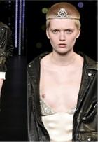 Modelos usam looks transparentes e com seios à mostra em desfile em Paris