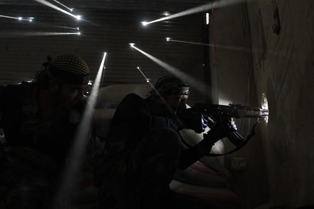 Fotografia de dois rebeldes sírios que rendeu o Pulitzer ao fotógrafo da AFP, Javier Manzano, feita 18 de outubro de 2012 (Foto: Javier Manzano/AFP)