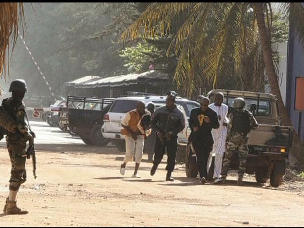 Reféns em hotel no Mali (Foto: GloboNews)