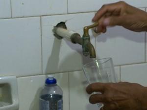 Os turistas estão sem água em Guarapari (Foto: Reprodução/ TV Gazeta)