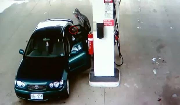 Jovem colocando fogo no próprio carro depois de brincar com um isqueiro enquanto abastecia o veículo. (Foto: Reprodução)