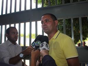 Diretor Dênio Marinho fala sobre situação em presídio (Foto: Catarina Costa / G1)