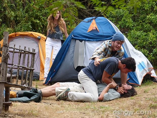 Sidney e Sofia chegam ao local e impedem Ben de fazer uma besteira (Foto: Malhação / TV Globo)