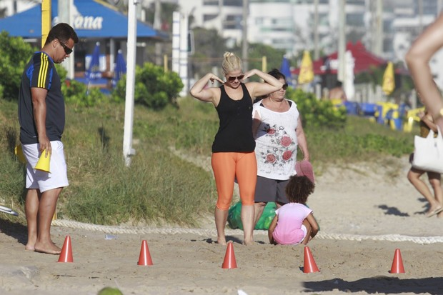 Samara Felippo e a filha (Foto: Dilson Silva /AgNews)