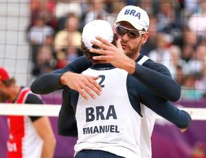 Alison e Emanuel comemoram vitória no vôlei de praia do Brasil contra a Suíça em Londres (Foto: Reuters)
