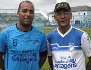 Raphael Tobias e Antônio Lucas, volante e técnico do São Mateus (Foto: Rian Matos/AA São Mateus)