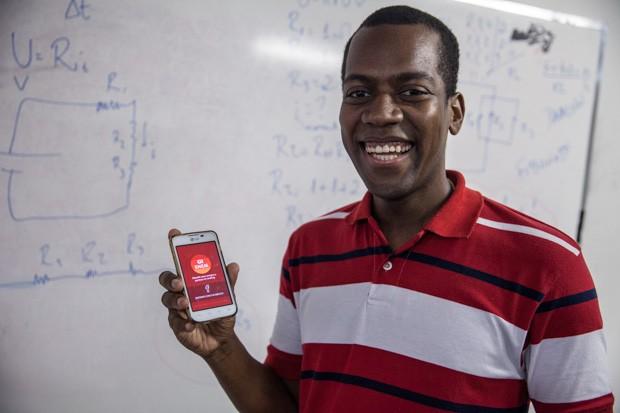 'Usamos o app [G1 Enem] para ajudar os alunos a estudar. O jogo ajuda a exercitar o pensamento rápido', diz Cássio do Nascimento (Foto: Marcelo Brandt/G1)