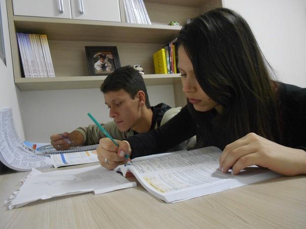 Victor e Vivian trocaram os programas românticos aos sábados, pelos livros em Mogi das Cruzes (Foto: Vivian Russo/ Arquivo Pessoal)