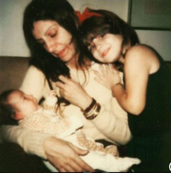 Na foto compartilhada por Nina Morena, Marília segura Nina nos braços e tem Esperança Motta ao lado (Foto: Reprodução/Instagram)
