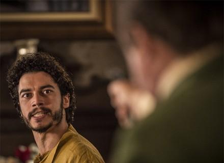 Afrânio aponta arma para Martim, e ele acusa o pai: 'Assassino!'
