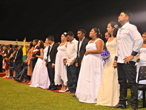 Algumas noivas de véu e grinalda representaram os casais em campo (Foto: Caio Fulgêncio/G1)