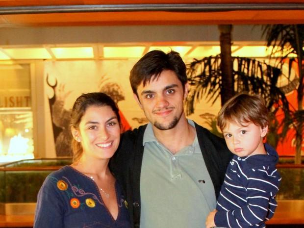 Felipe Simas e Mariana Uhlman com o filho, Joaquim, em estreia de peça na Zona Sul do Rio (Foto: Daniel Delmiro/ Ag. News)