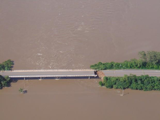 Cabeceira da BR-153 desmoronou em Cachoeira do Sul (Foto: Milos Silveira/O Correio.com.br)