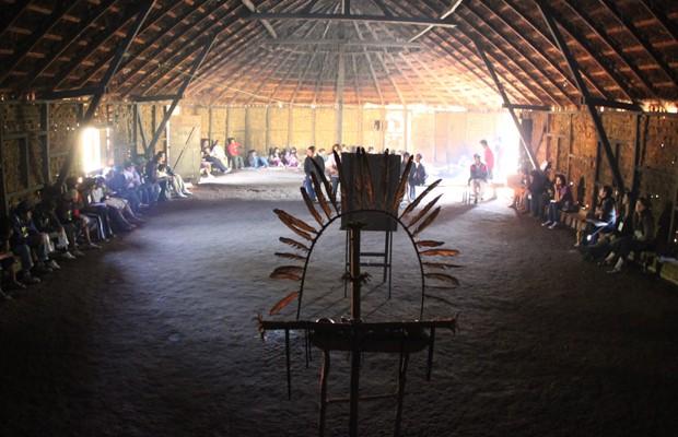 Índios reunidos em oca na comunidade de Tenondé Porã, em São Paulo (Foto: Divulgação/Carlos Penteado/Documentária Fotographia/Comissão Pró-Índio de São Paulo)