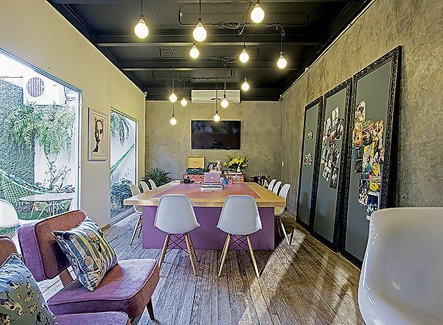 Sala de reunião: a mesa retangular cor-de-rosa foi o ponto de partida para a decoração do ambiente, que tem quadros de ímãs apoiados na parede. Janelas integram o jardim, com mesa e rede para descansar (Foto:  Lufe Gomes/ Editora Globo)