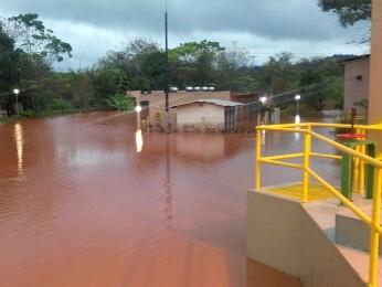 Rio Cascavel transbordou e inundou sistema de captação e bombeamento (Foto: Sanepar / Divulgação)