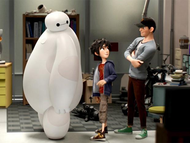 Os irmãos Tadashi e Hiro com o robô Baymax em 'Operação big hero' (Foto: Divulgação / Disney)