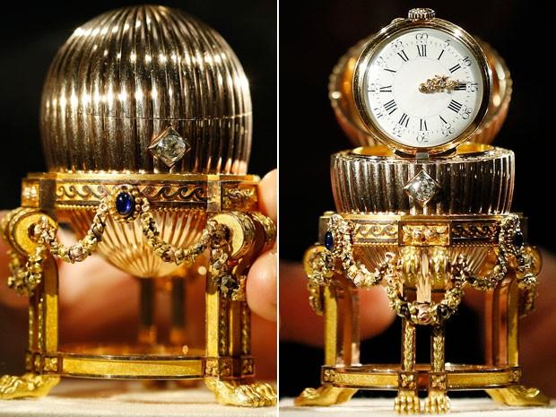 Joia que pertenceu a imperatriz da Rússia traz relógio com diamantes em seu interior (Foto: Olivia Harris/Reuters)