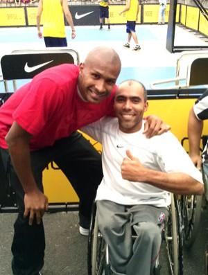 Glebe Candido, da seleção brasileira de basquete em cadeira de rodas, com Leandrinho (Foto: Reprodução / Facebook )