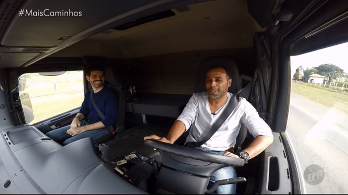O repórter Daniel Perondi pega uma carona com o caminhoneiro Derci Cruz, que conta tudo sobre o tranporte das flores (Foto: reprodução EPTV)