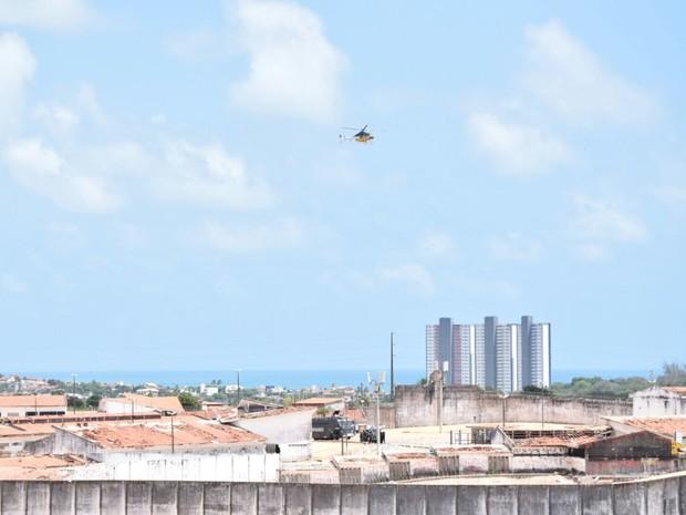 Policiais do Choque entram na Penitenciária de Alcaçuz para intervenção nesta terça (24) (Foto: Fred Carvalho/G1)