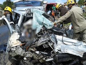 Acidente entre carro e caminhão mata motorista e 4 crianças em Cocalzinho de Goiás, diz PRF (Foto: Divulgação/Corpo de Bombeiros)