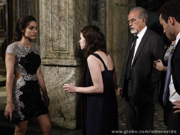 Linda vê que a irmã é um ser do mal mesmo (Foto: Amor à Vida/ TV Globo)