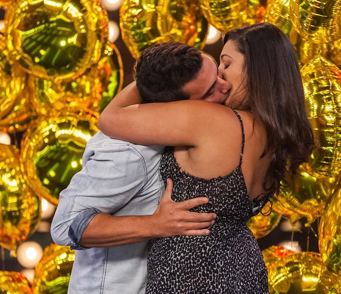 André topa beijar desconhecida (Foto: Artur Meninea/Gshow)