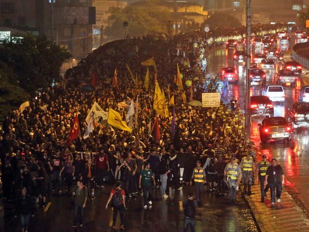 Manifestação contra o aumento da tarifa segue pela ligação Leste-Oeste acompanhada pela polícia. (Foto: JF Diorio/Estadão Conteúdo)