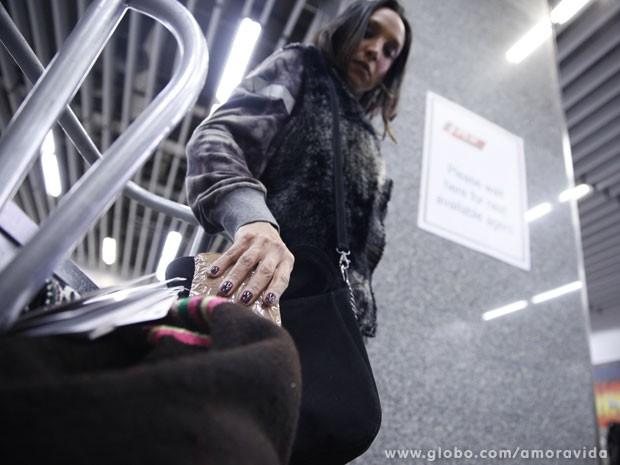 Alejandra coloca pacote com drogas na mochila de Paloma (Foto: Amor à Vida/ TV Globo)