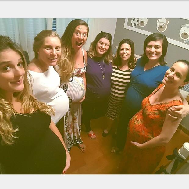 Rafa Brites com grupo de grávidas (Foto: Reprodução / Pousada Praia dos Carneiros)