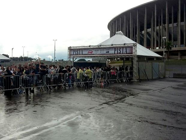 Público em fila na entrada do Estádio Mané Garrincha, em Brasília, para show do Guns N' Roses (Foto: Vinícius Leal/TV Globo)
