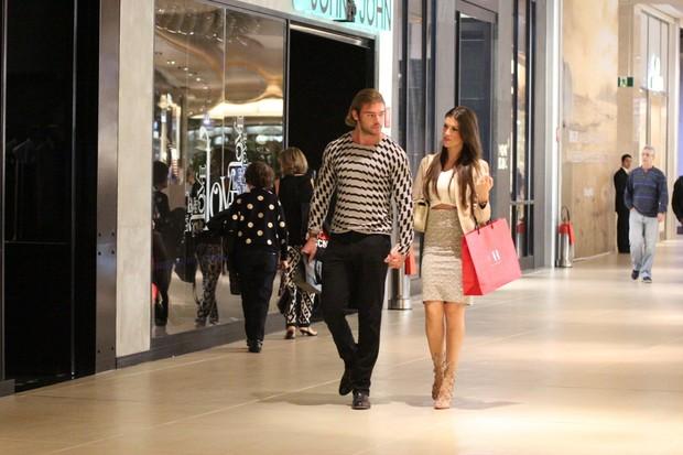 Thor Batista e a namorada, Lunara Campos, em shopping no Rio (Foto: Fabio Moreno/Agnews)