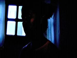 Dona casa acredita que suspeitos são os mesmos que invadiram sua casa na madrugada de sexta-feira (4) (Foto: Reprodução TV Acre)