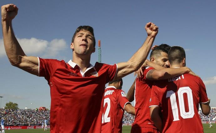 Jogadores do Sevilla comemoram gol contra o Leganés (Foto: EFE/MARISCAL)