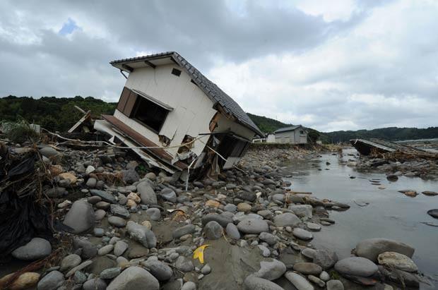 Casa destruída às margens do Rio Hoshino, na cidade de Yame, província japonesa de Fukuoka, nesta segunda-feira (16) (Foto: Kazuhiro Nogi/AFP)