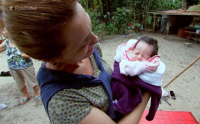 Rosana Valle conhece a mais nova moradora da Prainha Braca (Foto: Reprodução/TV Tribuna)