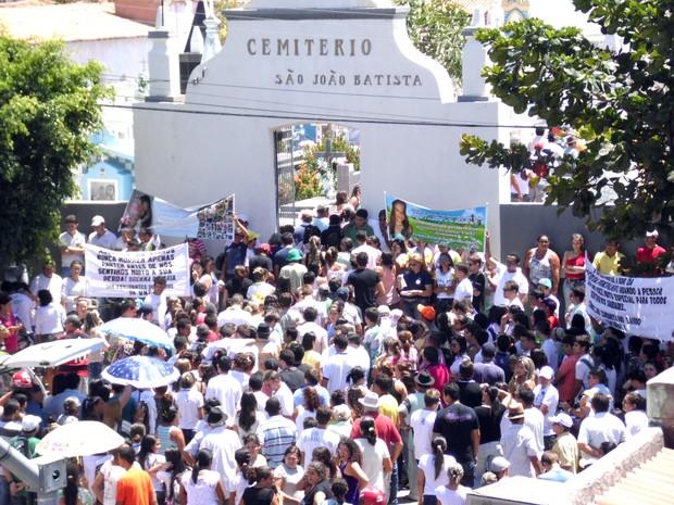 Milhares de pessoas foram ao Cemitério São João Batista, em Apodi, para o último adeus à estudante Brenna Sonária ´´erio (Foto: Josemário Alves/SOS Notícias do RN)