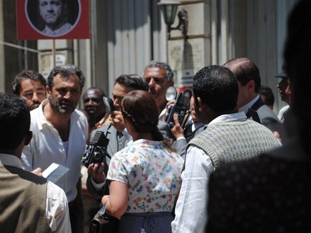 Mundo enfrenta Rosa e diz a todos que lavadeira está mentido (Foto: Joia Rara/TV Globo)