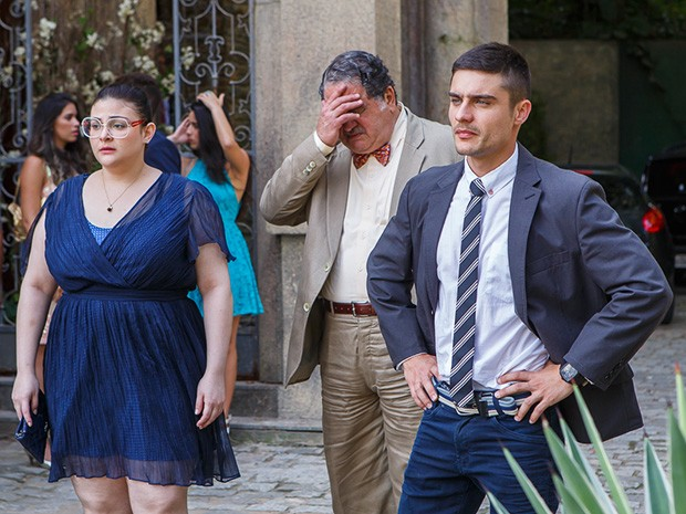 Bia, Vicente e Gustavo ficam chocados com a situação (Foto: Artur Meninea/Gshow)