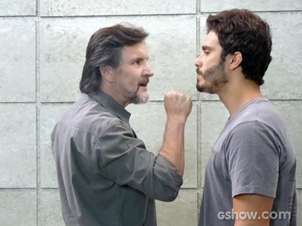 LC ameaça colocar William na máquina (Foto: Além do Horizonte/TV Globo)