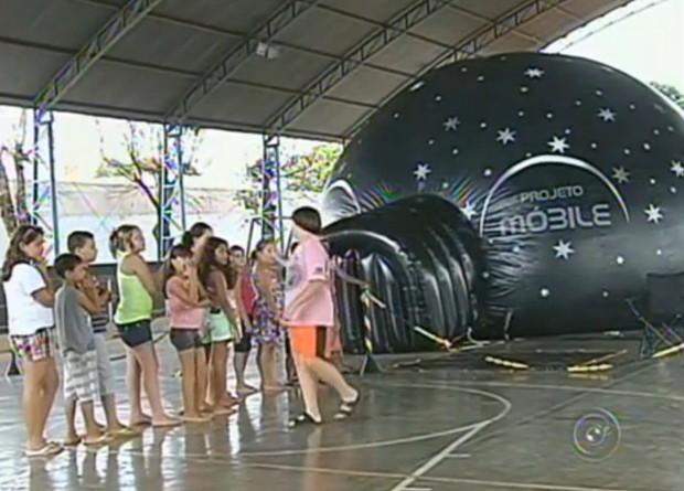 Alunos participando do projeto Planetário Itinerante em Glicério, SP (Foto: Divulgação / Tv Tem)