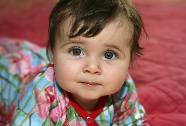 Na hora de enfeitar o cabelo da sua filha, fique atenta à segurança (Foto: Thinkstock)
