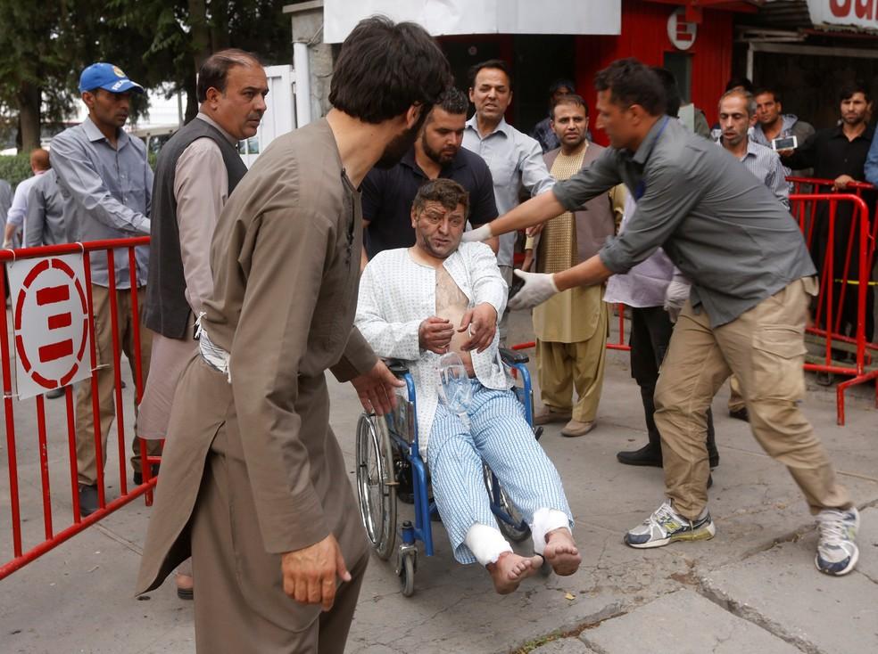 Homem ferido em ataque sai do hospital após receber atendimento em Cabul (Foto: REUTERS/Omar Sobhani)