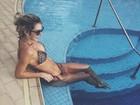 Ex-BBB Tatiele Polyana ostenta corpão de biquíni em dia de sol