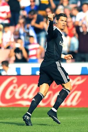 Cristiano Ronaldo comemora gol do Real Madrid contra o Granada (Foto: Agência AFP)