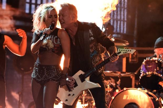 Lady Gaga com vocalista do Metallica (Foto: AFP / Agência)