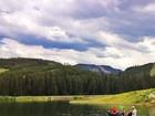 Em paisagem exuberante, Gisele Bündchen pesca com o filho